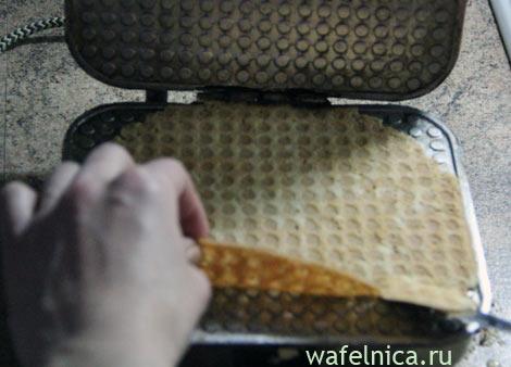 Снимаем вафлю с вафельницы