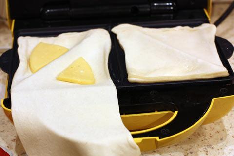 Тесто и сыр в сэндвичнице