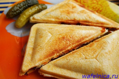 Сэндвичи из сэндвичницы с курицей и грибами